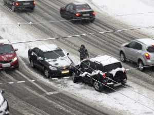 un-accidente-de-coche-en-la-nieve-1359291201_97-300x225